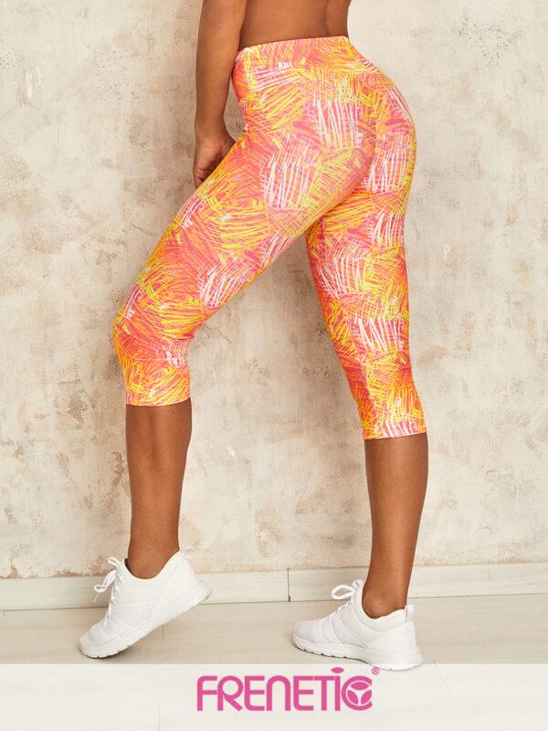 Egyedi, pink firkás mintázattal ellátott magas derekú fitnesz térdnadrág. Magas nedvszívó képességének köszönhetően bátran használható bármilyen magas vagy alacsony intenzitású sporthoz például futáshoz, jógához, teniszhez, biciklizéshez.